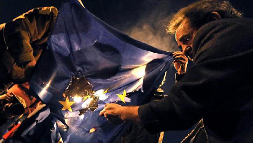 Manifestants grecs brlant le drapeau europen
