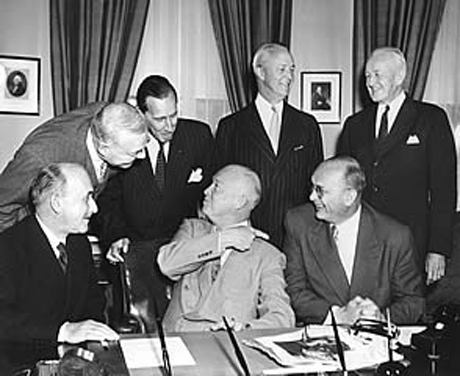 De gauche à droite, Jean Monnet, John Foster Dulles, Kirk Spieremburg, Dwight D. Eisenhower, David Bruce, Franz Etzel, William Rand. A Washington, Juin 1953.